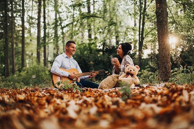 흐리게 야외 가을 즐기는 젊은 부부 사랑