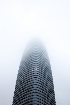 Basso angolo di alto edificio nero