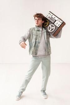 Низкий угол мальчик держит кассету