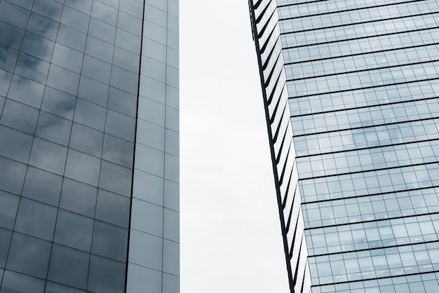 Низкоугольные здания со стеклянным дизайном
