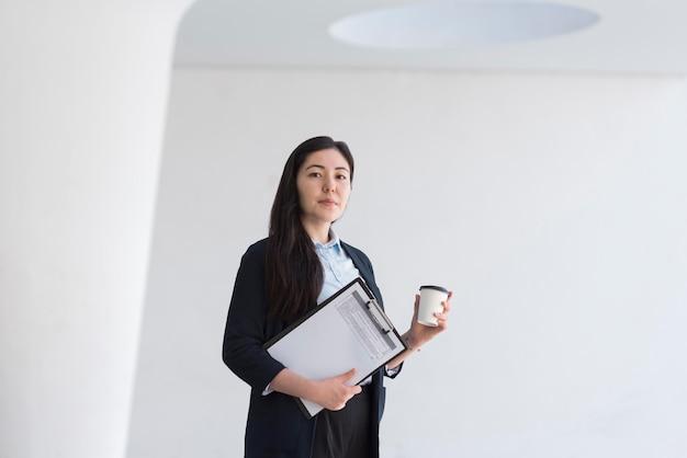 Низкий угол деловой женщины в помещении
