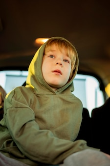 Basso angolo di bambino in macchina durante un viaggio