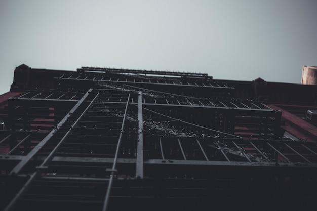 Colpo del primo piano di angolo basso delle scale nere dell'uscita di sicurezza