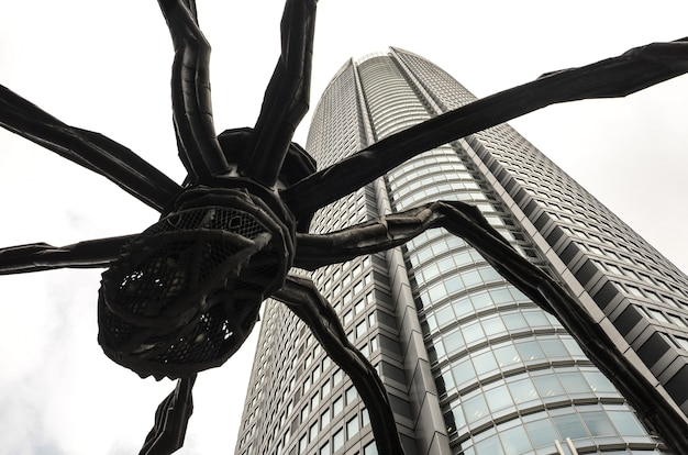森タワー、東京、日本のクモ像のローアングルクローズアップショット