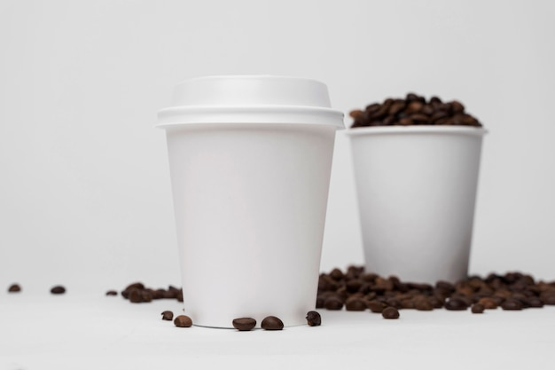 ローアングルのコーヒーカップと豆