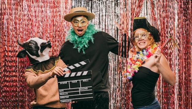 Amici in costume a basso angolo alla festa di carnevale