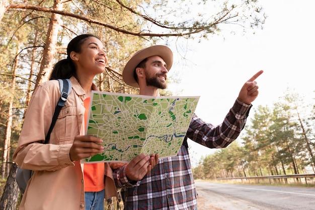 지도와 함께 여행하는 낮은 각도 커플