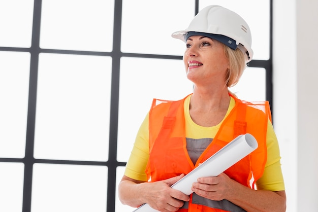 Низкий угол инженер женщина