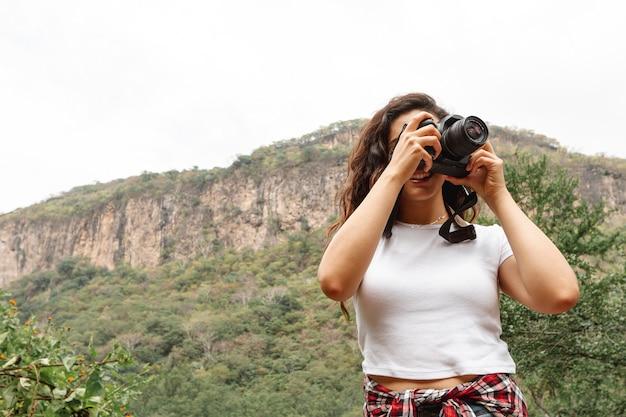 自然を捉える低角度の女性