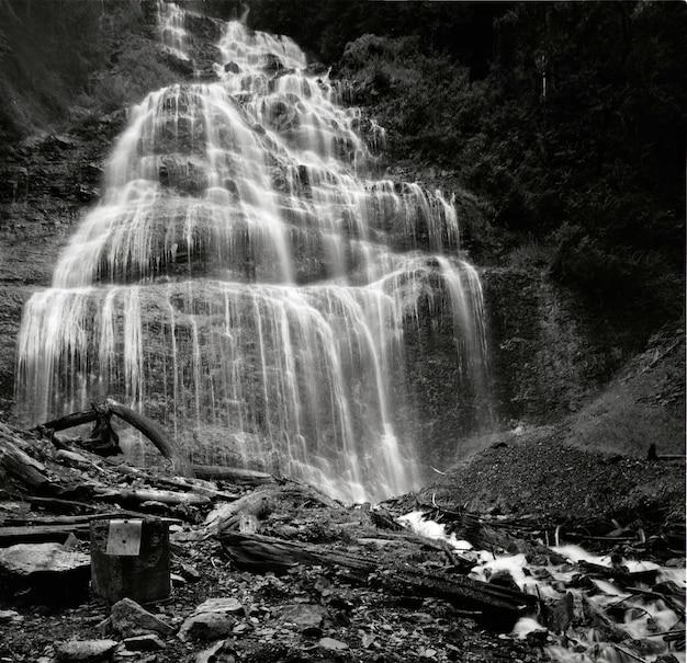 Inquadratura in scala di grigi a basso angolo di bridal veil falls nel parco provinciale di bridal, canada