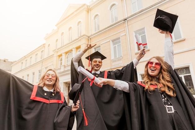 Низкий угол счастливых студентов
