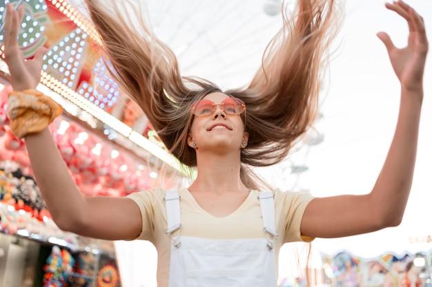 Низкий угол счастливая девочка-подросток
