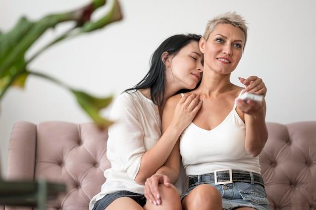 自宅で低角度のレズビアンのカップル