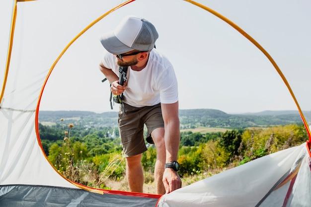 Low angle man pull tent zipper