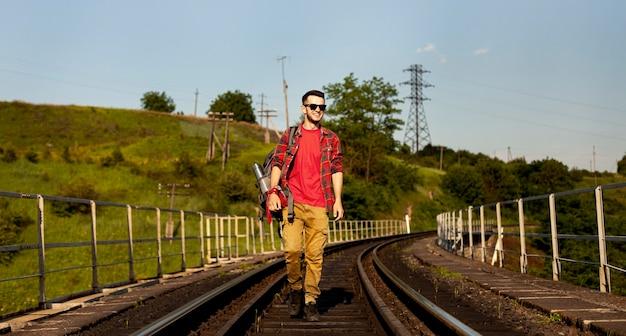 鉄道レールの上を歩くローアングル男
