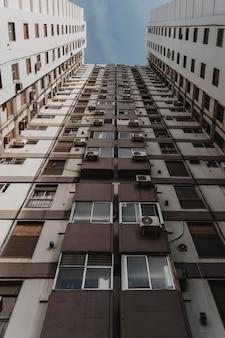 Basso angolo di un massiccio edificio in cemento nella città