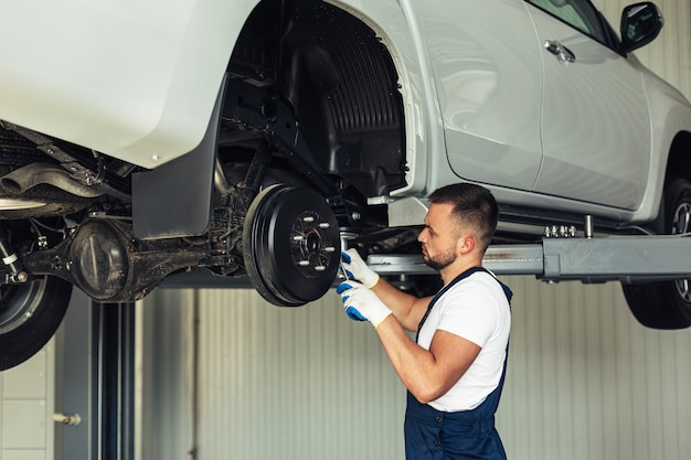 Low angle mechanical male checking car wheels