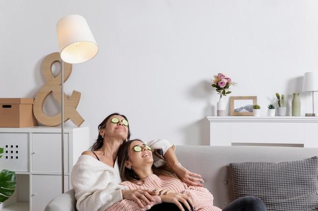 Низкий угол мама и дочь с маской для глаз