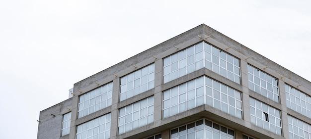 복사 공간이있는 도시의 아파트 건물의 낮은 각도