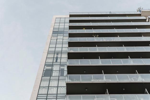 도시에있는 아파트 건물의 낮은 각도