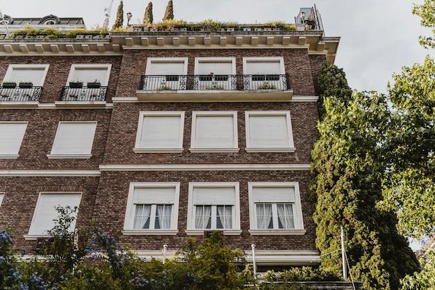 도시에 창문이있는 아파트 건물의 낮은 각도