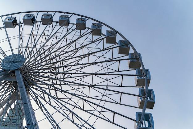 Низкий угол большого паромного колеса в городе