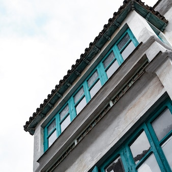 복사 공간이있는 도시의 시멘트 건물의 낮은 각도
