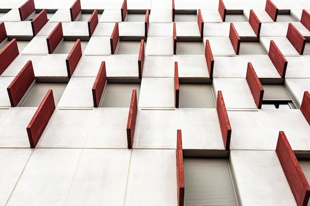幾何学模様の都市建築の低角度