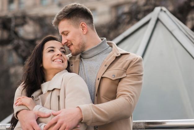 Низкий угол милой пары обнял