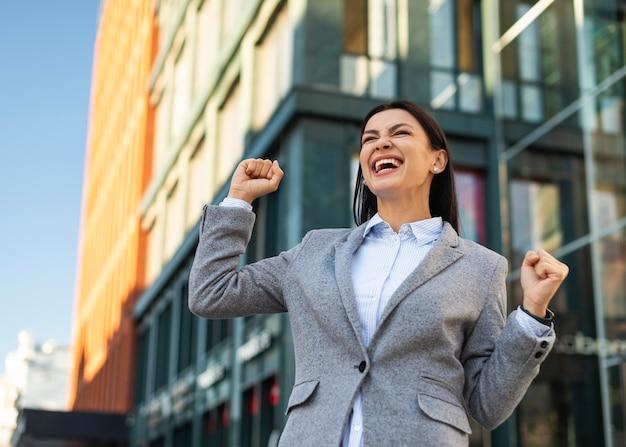 屋外で実業家を興奮させるローアングル