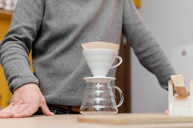 커피 필터가있는 남성 바리 스타의 낮은 각도