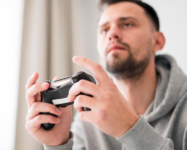 ビデオゲームをプレイする男性の低角度