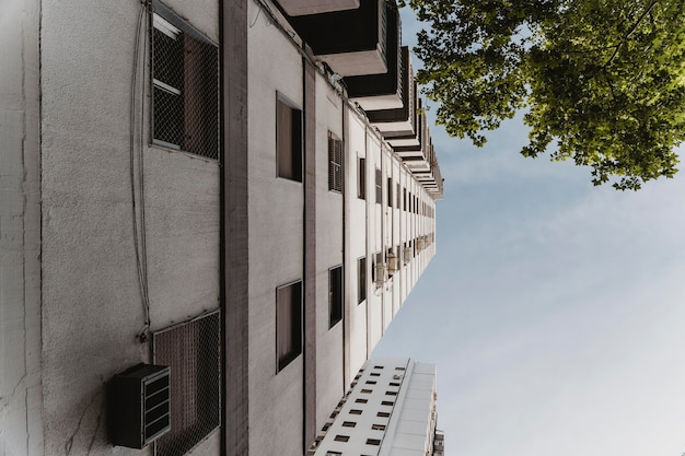 市内の巨大な建物のローアングル