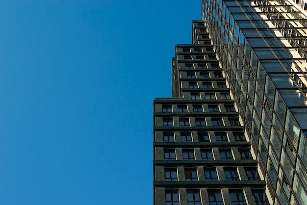 Низкий угол офисного здания с копией пространства