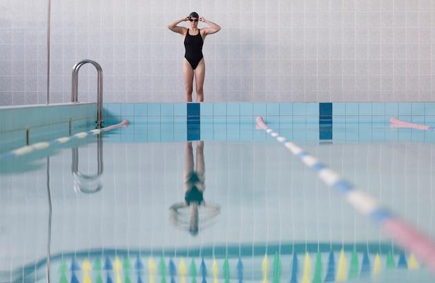 Низкий угол профессионального пловца