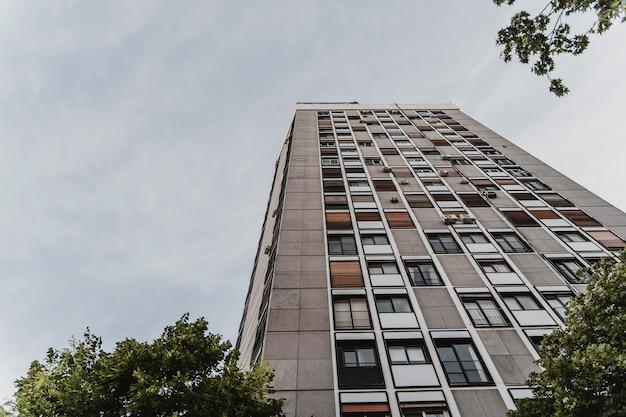 Низкий угол наклона жилого дома в городе