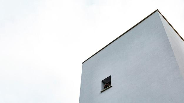 도시의 간단한 건물의 낮은 각도