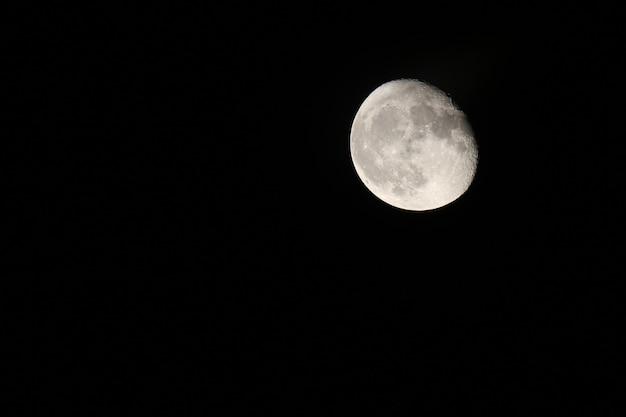 Низкий угол луны на фоне ясного неба ночью