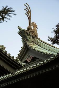 日本の伝統的な木造寺院の屋根の詳細のローアングル