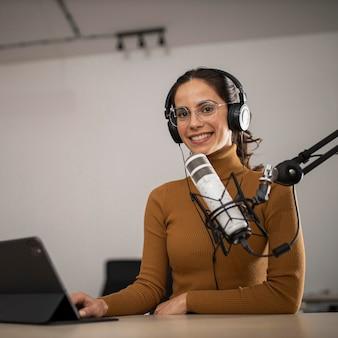 라디오에서 방송하는 여자의 낮은 각도