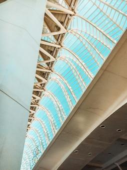 ガラス天井のローアングル写真
