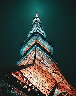夜間の金属構造のローアングル写真。東京タワー