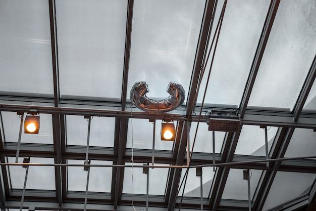 シーリングランプのローアングル写真