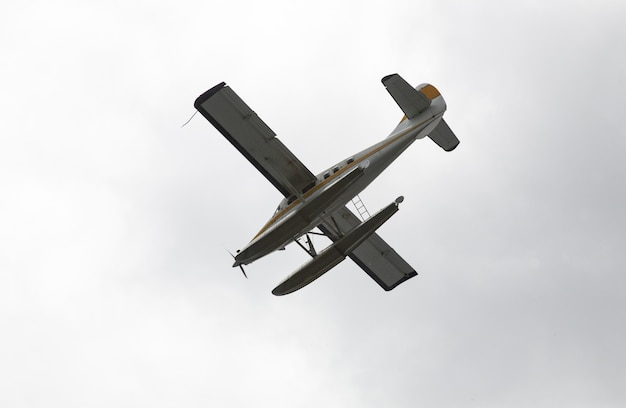 澄んだ空の上を飛んでいる水上飛行機のローアングル写真