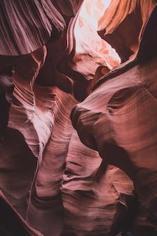 Inquadratura dal basso di incredibili formazioni di arenaria in slot canyon nello utah