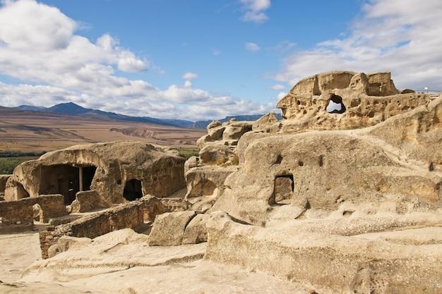 Inquadratura dal basso dell'antica città scavata nella roccia uplistsikhe in georgia