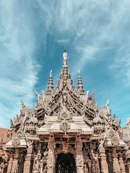 Inquadratura dal basso di un bellissimo santuario della verità a pattaya, thailandia