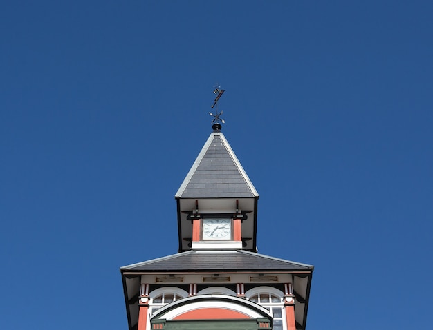 Inquadratura dal basso di una bellissima torre sul cielo blu
