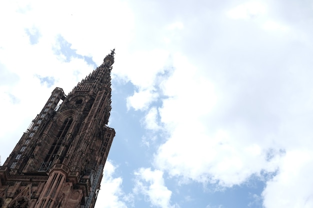 Inquadratura dal basso della famosa cattedrale di notre dame a strasburgo sotto un cielo nuvoloso