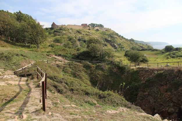 Inquadratura dal basso delle mura di hammershus sulla cima di una collina a bornholm